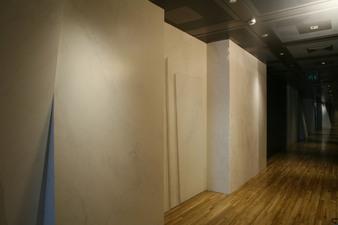 Couloir : staff sculpté et peint en trompe-l'oeil