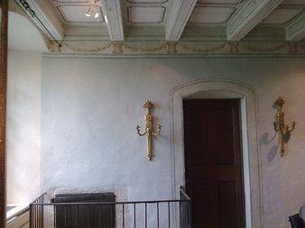 Frise peinte avec des réhauts d'or fin, et patine sur les murs